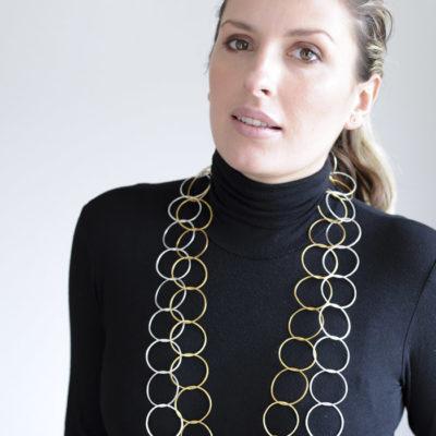 """Für die Ketten der Kollektion """"Ringelreihen"""" schmiedet Christine Rettinger schmiedet Ringe aus Sterlingsilber ineinander."""
