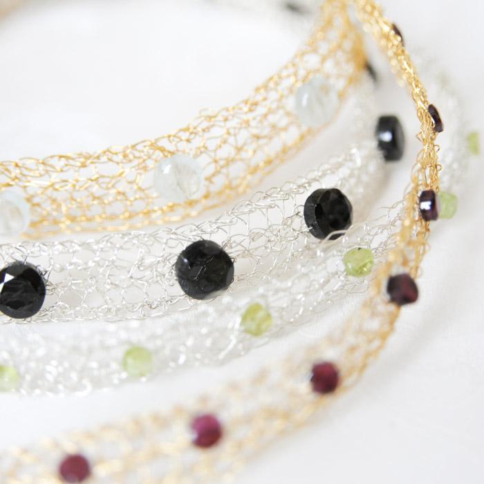 Gehäkelte Halsbänder mit Edelsteinen
