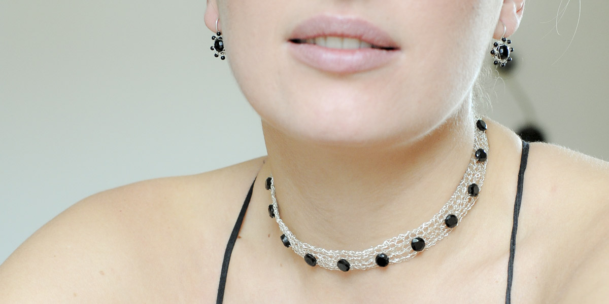 """Gehäkeltes Halsband und Ohrhänger aus Sterlingsilber mit Onyx-Edelsteinen aus der Kollektion """"Häkelblümchen"""""""
