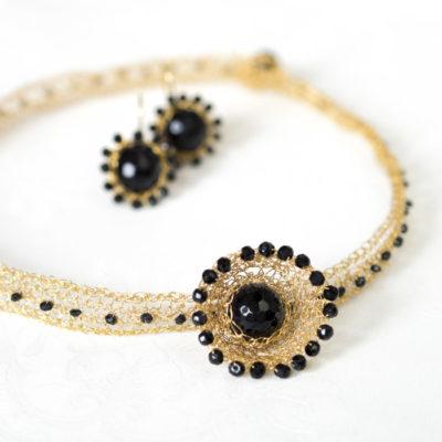 """Für die Halsbänder und Ohrringe ihrer Kollektion """"Häkelkörbchen"""" kombiniert Christine gehäkelte Körbchen aus feinvergoldetem Sterlingsilber mit Edelsteinen."""