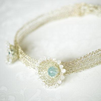 """Für die Halsbänder ihrer Kollektion """"Häkelkörbchen"""" kombiniert Christine gehäkelte Körbchen aus Sterlingsilber mit Edelsteinen."""