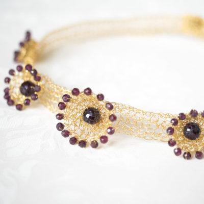 """Für die Halsbänder ihrer Kollektion """"Häkelkörbchen"""" kombiniert Christine gehäkelte Körbchen aus feinvergoldetem Sterlingsilber mit Edelsteinen."""