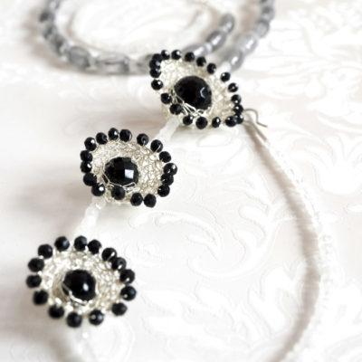 """Für die Ketten ihrer Kollektion """"Häkelkörbchen"""" kombiniert Christine gehäkelte Körbchen aus Sterlingsilber mit Edelsteinen."""