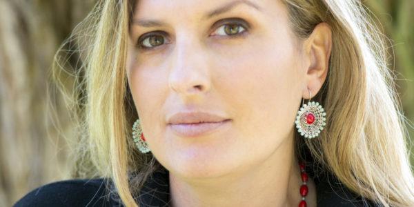 """Für die Ohrhänger der der Kollektion """"Häkelkörbchen"""" häkelt Christine Rettinger Körbchen aus Sterlingsilber und kombiniert sie mit Edelsteinen."""