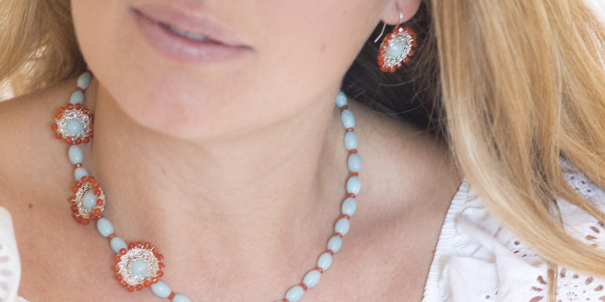 """Für die Ketten und Ohrringe ihrer Kollektion """"Häkelkörbchen"""" kombiniert Christine gehäkelte Körbchen aus Sterlingsilber mit Edelsteinen."""