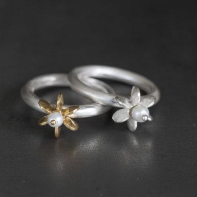 """Aus der Kollektion """"Gold- und Silberblümchen"""" geschmiedete Ringe mit Sterlingsilber-Blümchen, je nach Modell feinvergoldet, Perlen und Edelsteine."""