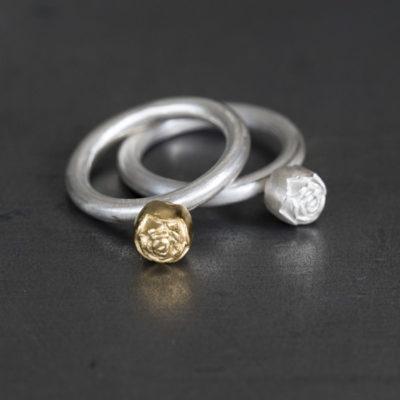 """Die Ringe aus Christine Rettingers Kollektion """"Röschen"""" sind handgefertigt und werden geschmückt von Blümchen aus Sterlingsilber je nach Modell auch feinvergoldet."""