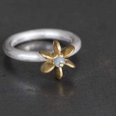"Aus der Kollektion ""Gold- und Silberblümchen"" geschmiedeter Ring mit Sterlingsilber-Blümchen, feinvergoldet, Edelstein."