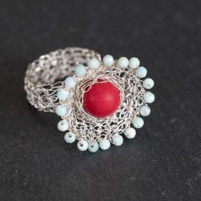 """Für die gehäkelten Ringe ihrer Kollektion """"Häkelkörbchen"""" kombiniert Christine ebenfalls gehäkelte Körbchen aus Sterlingsilber mit Edelsteinen."""