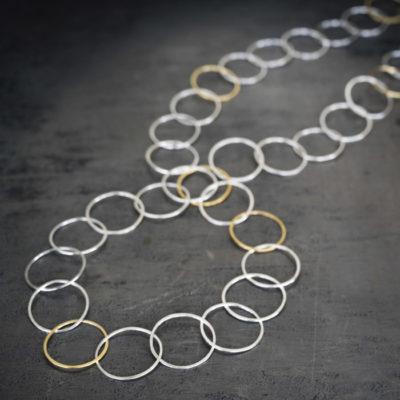 """Für die Ketten der Kollektion """"Ringelreihen"""" schmiedet Christine Rettinger schmiedet Ringe aus Sterlingsilber ineinander. Einige Modelle bekommen durch feinvergoldete Ringe einen ganz besonderen Touch."""