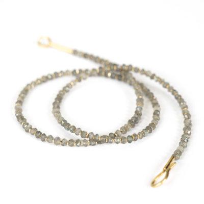 """Aus der Kollektion """"Klassisch, klar, kunterbunt"""": Kette, aus kleinen Edelsteinen, je nach Modell unterbrochen von Gold- oder Silberplättchen."""