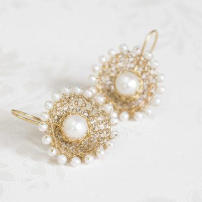 """Für die Ohrhänger der der Kollektion """"Häkelkörbchen"""" häkelt Christine Rettinger Körbchen aus feinvergoldetem Sterlingsilber und kombiniert sie mit Perlen."""