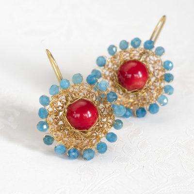 """Für die Ohrhänger der der Kollektion """"Häkelkörbchen"""" häkelt Christine Rettinger Körbchen aus feinvergoldetem Sterlingsilber und kombiniert sie mit Edelsteinen."""