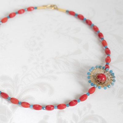 """Für die Ketten ihrer Kollektion """"Häkelkörbchen"""" kombiniert Christine gehäkelte Körbchen aus feinvergoldetem Sterlingsilber mit Edelsteinen."""