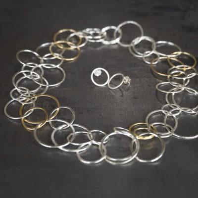 """Für die Ketten der Kollektion """"Ringelreihen"""" schmiedet Christine Rettinger schmiedet unterschiedlich große Ringe aus Sterlingsilber ineinander. Einige Modelle bekommen durch feinvergoldete Ringe einen ganz besonderen Touch."""