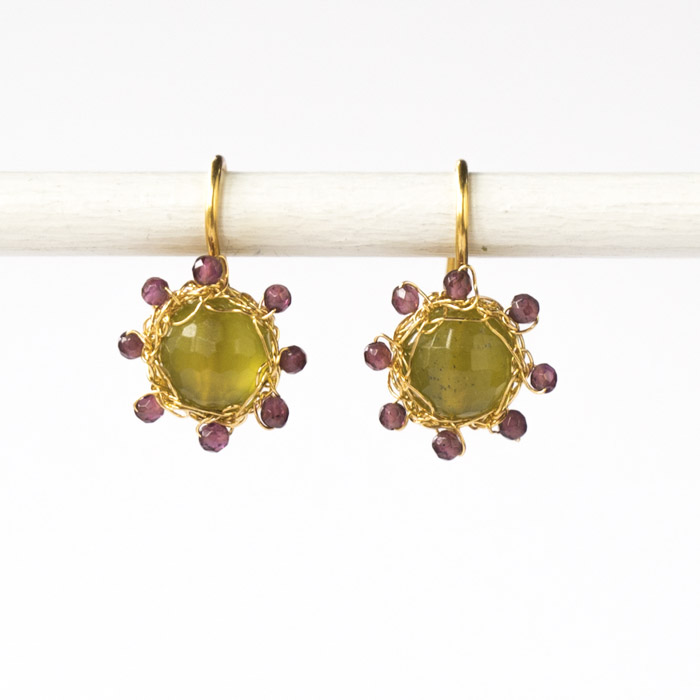 "Kollektion ""Häkelblümchen"" - gehäkelte Ohrhänger aus feinvergoldetem Sterlingsilber mit Edelsteinen."