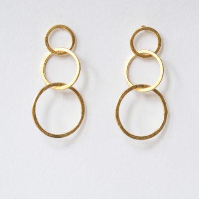 """Ohrstecker aus Sterlingsilber aus der Kollektion """"Ringelreihen"""": ineinander geschmiedete einzelne Ringe. Je nach Modell sind sie feinvergoldet."""
