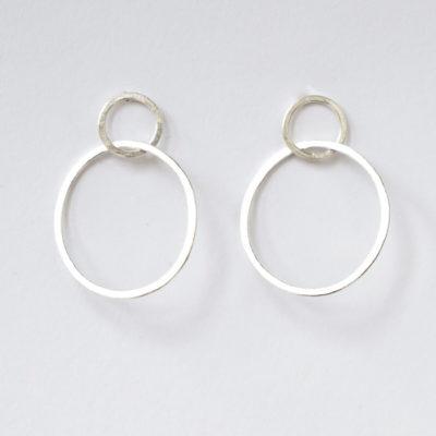 """Ohrstecker aus Sterlingsilber aus der Kollektion """"Ringelreihen"""": ineinander geschmiedete einzelne Ringe."""