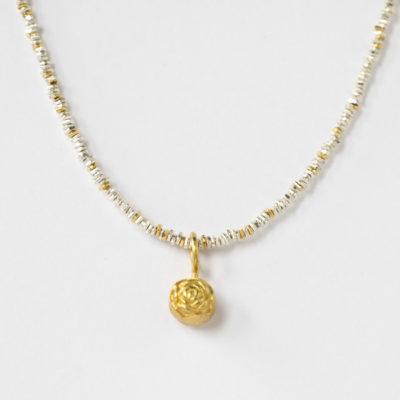 """Anhänger aus Christine Rettingers Kollektion """"Röschen"""" – Sterlingsilber, je nach Modell feinvergoldet, zusammen getragen mit einer Kette aus der Kollektion """"Klassisch, klar, kunterbunt."""""""