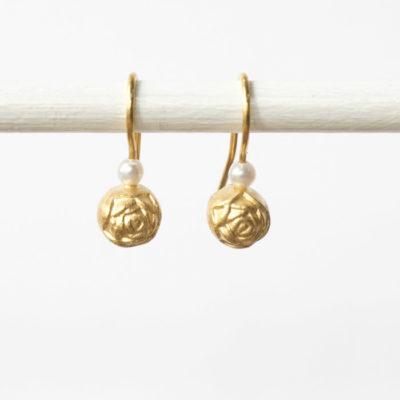 """Ohrhänger aus Christine Rettingers Kollektion """"Röschen"""" – feinvergoldetes Sterlingsilber und ein kleine Perle."""