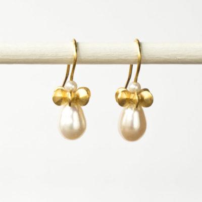 """Aus der Kollektion """"Gold- und Silberblümchen"""" Ohrhänger mit Sterlingsilber-Blümchen, feinvergoldet, und Perle in Tropfenform"""