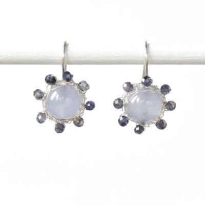 "Kollektion ""Häkelblümchen"" - gehäkelte Ohrhänger aus Sterlingsilber mit Edelsteinen."
