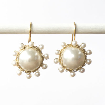"Kollektion ""Häkelblümchen"" - gehäkelte Ohrhänger aus feinvergoldetem Sterlingsilber mit Perlen.."