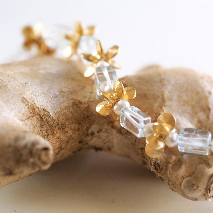 """Aus der Kollektion """"Gold- und Silberblümchen"""" Kette mit Sterlingsilber-Blümchen, feinvergoldet, und Edelsteinen."""