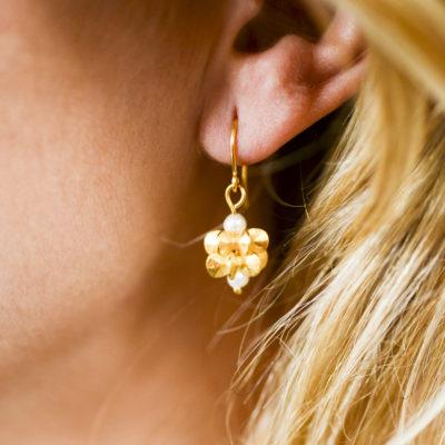 """Aus der Kollektion """"Gold- und Silberblümchen"""" Ohrhänger mit Sterlingsilber-Blümchen, feinvergoldet, und Perlen."""
