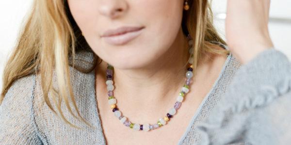 """Die Kette aus Christine Rettingers Kollektion """"Röschen"""" besteht aus verschiedenen Edelsteinen, ergänzt von kleinen Röschen aus feinvergoldetem Sterlingsilber. Dazu passende Ohrhänger on Top eine Perle."""