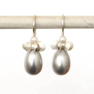 """Aus der Kollektion """"Gold- und Silberblümchen"""" Ohrhänger mit Sterlingsilber-Blümchen und Perle in Tropfenform."""