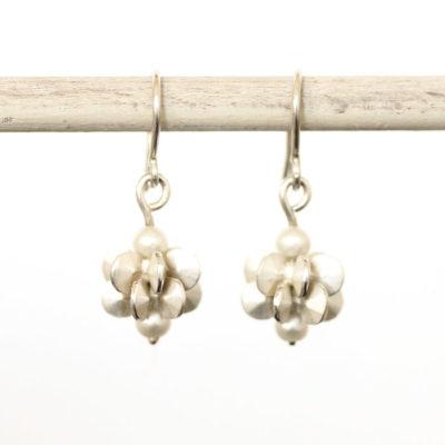 """Aus der Kollektion """"Gold- und Silberblümchen"""" Ohrhänger mit Sterlingsilber-Blümchen und Perlen."""