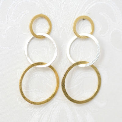 Christine Rettinger schmiedet einzelne Ringe in unterschiedlichen Größen aus Sterlingsilber und fügt sie zu Ohrsteckern zusammen. Einige Modelle bekommen durch feinvergoldete Ringe einen ganz besonderen Touch.