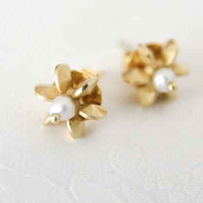 """Aus der Kollektion """"Gold- und Silberblümchen"""" Ohrstecker mit Sterlingsilber-Blümchen, feinvergoldet, und Perlen."""