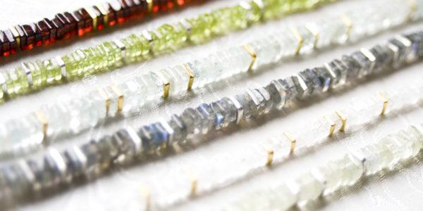 """Aufgereihte, quadratische Edelsteine unterbrochen von handgefertigten Silber- und Goldquadraten: Kette aus der Kollektion """"Klassisch, klar, kunterbunt""""."""